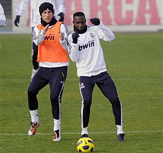 Ramos, con Mahamadou Diarra en un entrenamiento del Madrid