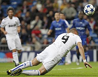 Instante en el que Benzema remata de cabeza en lo que supuso el primer gol contra el Auxerre