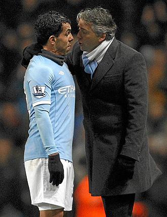 Mancini da algunas �rdenes a T�vez en pleno partido.