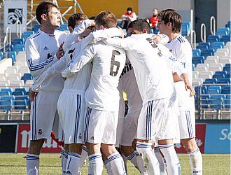 Los jugadores del Castilla se abrazan tras un gol