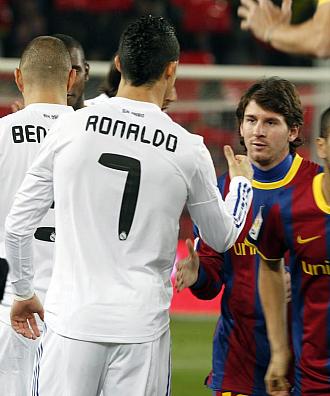 Cristiano y Messi se saludan antes del �ltimo Cl�sico.