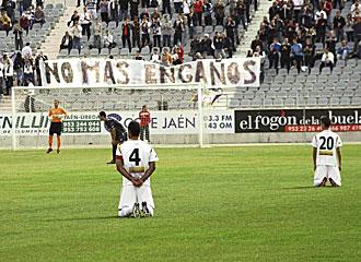 Los jugadores del Ja�n, de rodillas para protestar contra su directiva