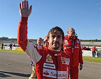 Alonso, saludando a la afici�n de Ferrari