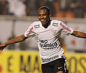 Elías celebra un gol con el Corinthians.