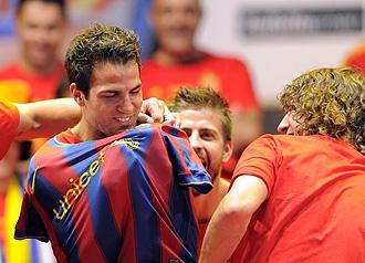 Piqu� y Puyol vistieron con una camiseta del Barcelona a Cesc en plena celebraci�n del Mundial.