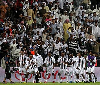Los jugadores del Mazembe bailan tras un gol.