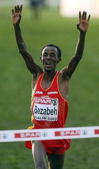 Bezabeh celebra su triunfo en el Europeo de cross de 2009