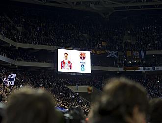 Aplausos de la afici�n espanyolista con la imagen de Iniesta en el videomarcador