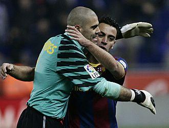 Vald�s se abraza a Xavi al t�rmino del partido