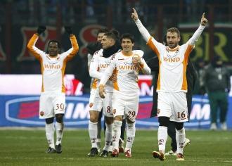 Los jugadores de la Roma celebran el triunfo en San Siro.