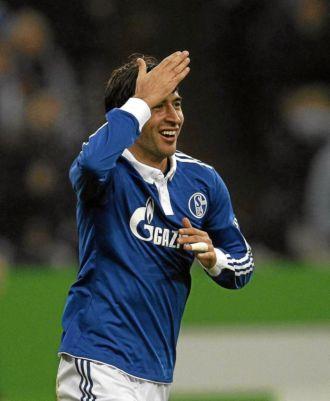 Ra�l celebra uno de sus goles con el Schalke al Colonia en la Bundesliga