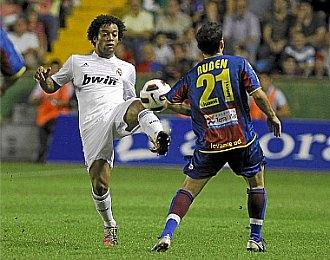 Marcelo y Rub�n pelean un bal�n dividido durante el partido de Liga jugado en el Ciutat de Levante en Liga.