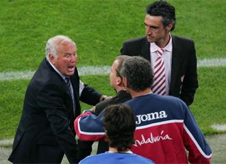 Herrer�n forcejea con miembros del banquillo del Sevilla.