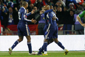 Anelka y Henry celebran un gol en la fase clasificatoria para el Mundial de Sud�frica