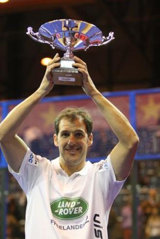 Juan Mart�n levanta la copa que le acredita, junto con Fernando Belastegu�n, como ganador del Master.
