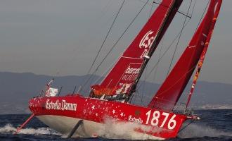 El Estrella Damm navegando este lunes en Barcelona.