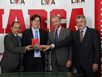 Los representantes del Xerez con el trofeo en compa��a de Eduardo Inda