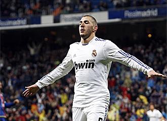 Benzema celebra uno de los goles ante el Levante.