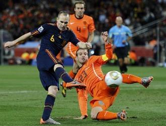 Iniesta, en el momento de marcar el gol que dio el Mundial a España