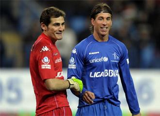 Casillas bromea con Ramos en la Champions for Africa