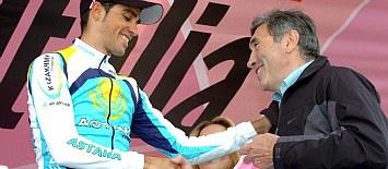 Eddy Merckx saluda a Contador