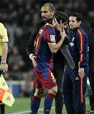 Guardiola consuela a Bojan tras ser cambiado en el partido con el Levante