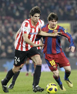 Messi y Javi Mart�nez pugnan un bal�n en el partido de ida.