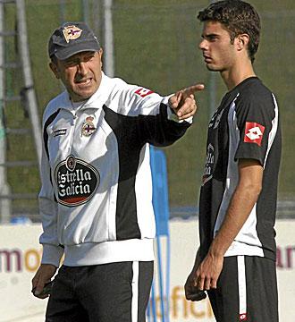 Lotina habla con Juan Domínguez en un entrenamiento.