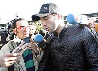 Gonzalo Higua�n atiende a los periodistas a su llegada a Madrid procedente de Buenos Aires.