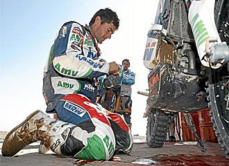 Coma trata de arreglar los problemas mec�nicos de su moto.