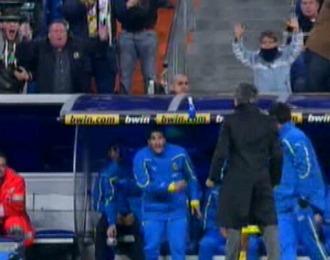Cani le lanza hacia arriba la botella a Mourinho