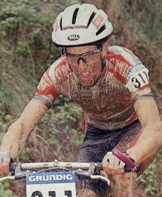 Alberto Le�n cuando compet�a en mountain bike.