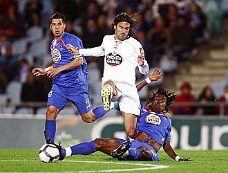 Juan Rodr�guez, en pugna con Boateng en un partido entre Deportivo y Getafe