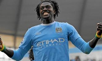 Adebayor celebra un gol con el City