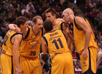 Jugadores del Gran Canaria concentrados durante un partido de Liga.