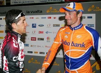 Menchov se saluda con Sastre durante la Vuelta a España del 2007.