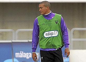 Nabil Baha observa durante un entrenamiento del M�laga.