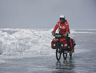 Juan Menéndez, en medio del hielo, en una de las pocas zonas limpias donde podía pedalear