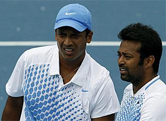 Leander Paes, a la derecha de la imagen, habla con su compa�ero de dobles, Mahesh Bhupathi, en un momento del partido contra Feliciano L�pez y Juan M�naco.