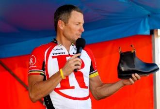 Armstrong se dirige al público asistente tras su adiós al ciclismo