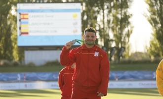 David Casinos posa con su segunda medalla de oro en los Mundiales.