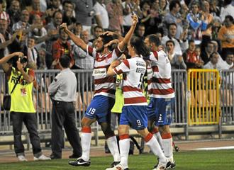 Tariq, celebrando un gol con el Granada.