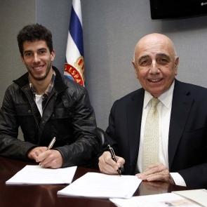 Didac y Ancelotti, firmando el contrato.