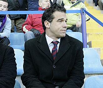 Luis García, sancionado, vio el partido desde la grada.