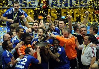 Los franceses levantan el trofeo de campeones.