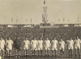 Los jugadores del Real Madrid antes del comienzo del partido con el que se inauguró el Nuevo estadio Chamartín.