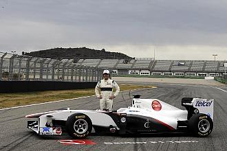 Sergio Perez posa con el nuevo Sauber C30