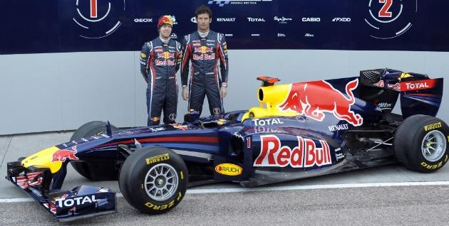 Webber y Vettel posan con el nuevo RB7