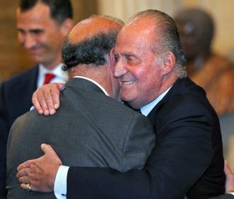 Del Bosque y el Rey se abrazan en la recepción a la selección española tras lograr el Mundial de Sudáfrica.