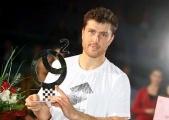 Ivan Dodig posa con el trofeo de campeón.